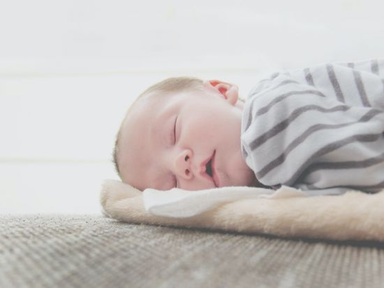 寶寶安心睡過夜,爸媽開心比個YA